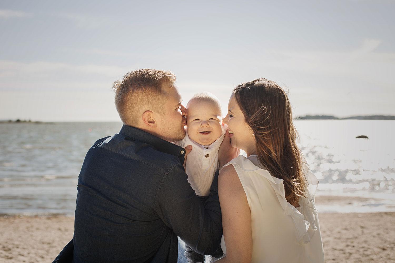 Perhekuvaus Lauttasaaren rannalla - Siru Danielsson Photography