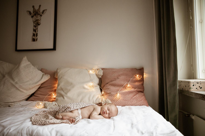 Vastasyntynyt vauva ja jouluvalot, Helsinki - Siru Danielsson Photography