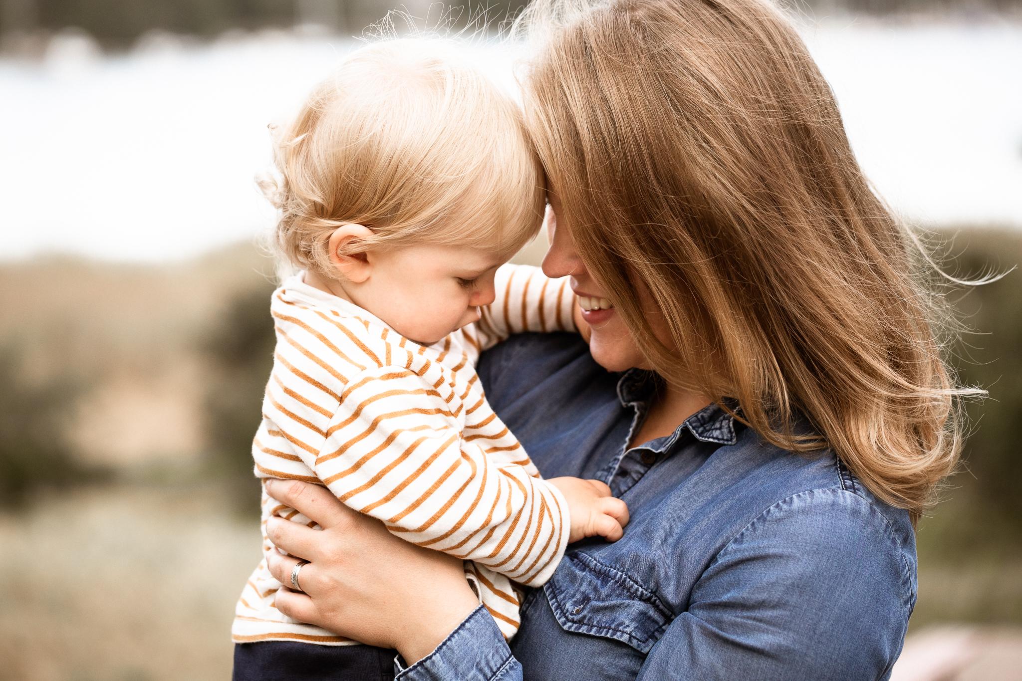 Äiti-lapsikuvaus, lifestyle-perhekuvaus Helsinki, Siru Danielsson Photography